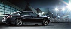 Nissan MAXIMA en AUTOCOM. Motor VQ35 de 6 cilindros, Sistema de Navegación, control de cambios al volante, espejos laterales con calefacción, asientos abatibles traseros, asientos delanteros calefactables y frenos con ABS, VDC y TCS.