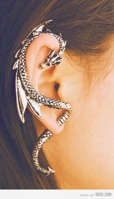 This is freakin' cool! Piercing Types and 80 Ideas On How to Wear Ear Piercings Awesome, but what about the piercings I already have? I graduated in have 6 piercings in my r.ear & 9 piercings in my l. Innenohr Piercing, Tongue Piercings, Dragon Ear Cuffs, New Fashion Earrings, Fashion Jewelry, Women's Fashion, Fashion Vintage, Cheap Fashion, Fashion Trends