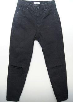 Kup mój przedmiot na #vintedpl http://www.vinted.pl/damska-odziez/dzinsy/13387512-czarne-washed-black-mom-jeans-pullbear-high-waist-dziury-ripped-90s