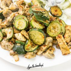 Cukinia, zwana również kabaczkiem, to moim zdaniem wyjątkowo fajne warzywo. Wygląda różnorodnie, bo przecież może być zielona lub żółta, mała lub duża, ale to co jest ważne to fakt, że sprawdza się naprawdę w wielu potrawach. Jest bardzo neutralna, a więc nie dominuje smaku potrawy. Dziś zatem 10... Tempeh, Sprouts, Cucumber, Zucchini, Recipies, Lunch Box, Cooking Recipes, Vegetarian, Dishes
