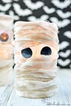 Halloween Mummy Lantern -- So easy!also cute mummy cupcake idea on this pin. Fete Halloween, Halloween Projects, Spooky Halloween, Holidays Halloween, Halloween Treats, Halloween Decorations, Spooky Scary, Holiday Crafts, Holiday Fun
