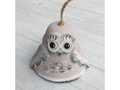 Keramický zvonek modelovaný do tvaru roztomilé okaté sovičky v cappuccinovém provedení. Pottery, Christmas Ornaments, Holiday Decor, Home Decor, Ceramica, Xmas Ornaments, Homemade Home Decor, Pottery Marks, Christmas Jewelry