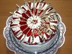 Festive strawberry cake: strawberry cake with chic chocolate decoration - #Cake #chic #chocolate #decoration #festive #Strawberry