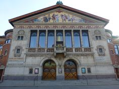 Facaden på Århus Teater. Her trækkes tråde til antikkens arkitektur, skulptur, relieffer.