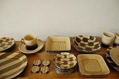 伊藤 丈浩 : 益子焼スリップウェア Japanese Ceramics, Ceramic Design, Ceramic Plates, The Dish, Projects To Try, Pottery, Dishes, Deco, Tableware