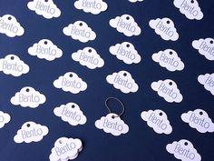 Para identificação de lembrancinhas no tema balão, ursinho aviador, aviador e também para chá de bebê ou chá de fralda e também lembrancinha de maternidade, fica lindo utilizar essas charmosas tags em formato de nuvem personalizadas com o nome da criança. Saquinho com 20 unidades