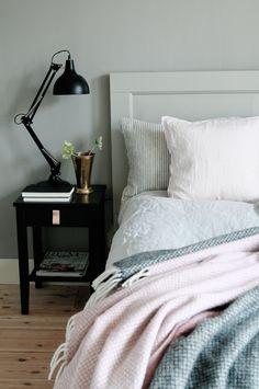 sovrum, plankgolv, furugolv, grått, svart lampa, mässing, superfront Loop, studio karin