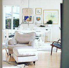 Vit howardfåtölj och fotpall Lejonet. Mässing, howard, fåtölj, pall, sittpuff, möbler, inredning, vardagsrum, sovrum. http://sweef.se/fatoljer-puffar/89-lejonet-fatolj-howard.html