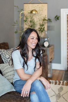 magnolia homes joanna gaines Joanna Gaines is many things. Shes the Co-Owner, Co-Founder and Lead Designer of Magnolia. Shes the co-star on the wildly popular Fixer Upper wi Estilo Joanna Gaines, Joanna Gaines House, Joanna Gaines Farmhouse, Magnolia Joanna Gaines, Joanna Gaines Style, Chip And Joanna Gaines, Chip Gaines, Magnolia Home Rugs, Magnolia Homes Paint