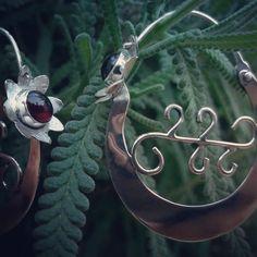 Argollas Canarias plata con frontal en flor, piedra granate. Www.juangil.org