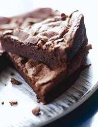 Recette Gâteau au chocolat facile : Préchauffez le four à 180°. Faites fondre le chocolat en morceaux au bain-marie ou au micro-ondes.Coupez le beurre et faites-le fondre également.Dans un saladier, cassez les oeufs et mettez le sucre. Mélangez bien jusqu'à ce que le mélange devienne lé...