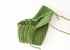 strickohrwarmer-muster-frei This is a simple, cable knit ear warmer pattern that works up SUPER quick with s. Knit Slippers Free Pattern, Baby Booties Knitting Pattern, Knit Baby Booties, Baby Knitting Patterns, Baby Patterns, Knitted Slippers, Knitting Ideas, Crochet Patterns, Knitting For Charity