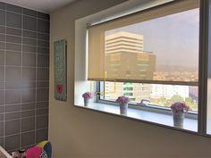 cortina enrollable instalada en cocina solart cortinas screen cocina estores