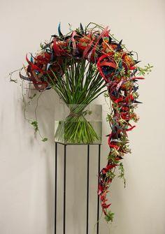 wat mij erg aanspreekt bij dit bloemwerk is de vorm waarin het is gemaakt