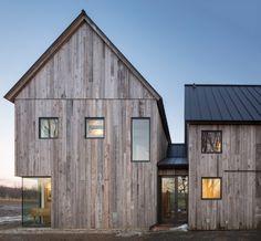 La propriété a été conçue par le studio d'architecture LAMAS pour une ferme en activité dans la ville de North Hatley, à environ une heure et demie à l'est