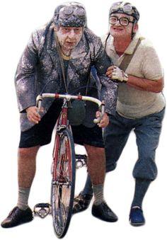"""Paolo Villaggio (1932), alias il ragionier Ugo Fantozzi, insieme con Gigi Reder (1928-1998), l'inseparabile collega ragionier Silvio Filini, nel film """"Fantozzi contro tutti"""" (1980), diretto da Neri Parenti (1950) e dallo stesso Villaggio"""