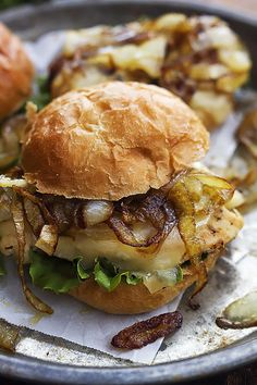 French Onion Chicken Sliders: Juicy chicken mini sandwiches topped with melty swiss cheese and savory caramelized onions. (vía Creme de la Crumb)