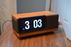 iPhone made into a classic flip-number clock radio? Iphone Clock, Iphone 3, Iphone Cases, Wooden Speakers, Built In Speakers, Mission Workshop, Diy Clock, Clock Ideas, Pc Cases