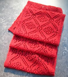 Travelling Roses Scarf FREE PATTERN  ♥>2750 FREE patterns to knit♥  GO TO: http://pinterest.com/DUTCHYLADY/share-the-best-free-patterns-to-knit/... for more than 2750 FREE patterns to KNIT