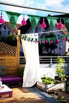 """Ich freue mich sehr, dass die Blogtour """"Shweshwelove"""" von Karlotta Pink - Stoffe aus aller Welt heute bei Dominique von kreamino und mir halt macht! Zum Thema Garten/Deko zeigen wir euch unsere Näh-Ideen aus dem farbenfrohen, südafrikanischem Shweshwe-Stoff."""