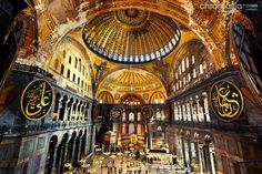 BIZANCJUM. Kościół Hagia Sophia w Konstantynopolu (Istambuł), 532-537. Kopuła była w sztuce bizantyńskiej niezwykle istotna, gdyż stanowiła część wewnętrznej symboliki kościoła jako niebieskiego Jeruzalem. Tutaj: kopuła o konstrukcji żebrowej na pendentywach.