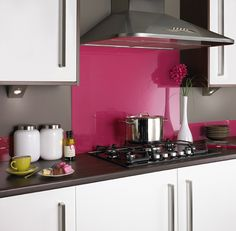 Hot Pink Glass Splashback # Kitchens Source by mariasuniques Cocina Shabby Chic, Shabby Chic Kitchen, Glass Kitchen, New Kitchen, Kitchen Tiles, Kitchen Paint, Hot Pink Kitchen, Orange Kitchen, Hot Pink Bathrooms