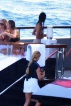 """Il principe saudita sullo yacht con donne in bikini. Polemiche in Turchia: """"Ipocrita, nel tuo Paese non si potrebbe fare"""""""