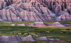 Somente para o homem branco a natureza era selvagem.  Somente a ele a terra estava infestada de animais selvagens e povos selvagens.  Para nós era mansa a terra era generosa e éramos envolvidos pelas bençãos do Grande Mistério.  Alce Negro da tribo Oglala Lakota Sioux habitantes nativos do atual estado de Dakota so Sul EUA.  Foto: Montanhas no Parque Nacional de Badlands Dakota do Sul por @zacharybright_images