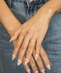 Small Finger Tattoos, Small Girl Tattoos, Little Tattoos, Mini Tattoos, Body Art Tattoos, New Tattoos, Tattoos For Women, Tatoos, Henna Tattoo Hand