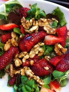 Salade met geitenkaas, aardbeien en walnoten