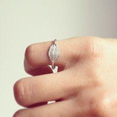 Anello in argento con piccola foglia di rovo di MyGoldenAge, €49.00