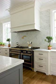 Modern And Trendy Kitchen Cabinets Ideas And Design Tips – Home Dcorz Kitchen Hoods, Kitchen Stove, New Kitchen, Kitchen Dining, Kitchen Decor, Kitchen Ideas, Kitchen Ranges, Black Kitchens, Home Kitchens