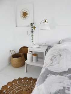 Mooi en practisch nachtkastje: kruk en nachtkastje in één Good Color Combinations, Tiny Spaces, Bedside, Future House, Sweet Home, Cool Stuff, House Beautiful, Small Spaces