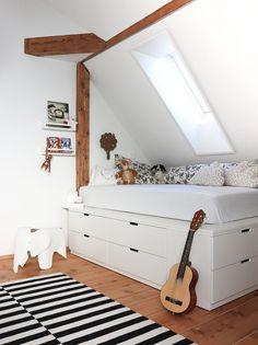 Et nytt rom for Liv - Runde 1 Bedroom Hacks, Teen Bedroom, Home Bedroom, Bedroom Decor, Ikea Small Bedroom, Ikea Bed Hack, Ikea Hacks, Student Room, Bedroom Storage