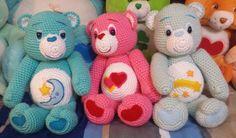 drei Care Bears in verschiedenen Farben mit Mond, Herzen und Sternschnuppe   Amigurumi Häkelanleitung
