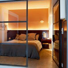 Une grande chambre design comme une alcôve.