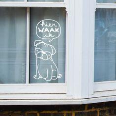 Hier waak ik! Nou ja, soort van ;) Schattige mopshond #raamtekening om bij je voordeur te tekenen.