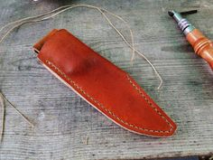 Andrzej Woronowski Custom Knives: [TUTORIAL] How to make a simple leather sheath? Diy Leather Knife Sheath, Diy Leather Holster, Leather Belt Bag, Knife Sheath Making, Knife Making, Knife Holster, Holsters, Case Knives, Sewing Leather