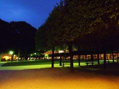 El jardín de la Plaza de los Vosgos al anochecer