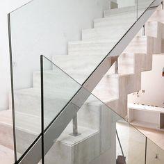 #Escada com guarda-corpo em vidro e #aço inox #AçoBrasil. Projeto #Gracita Lopes