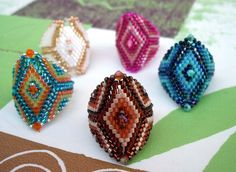 schemas - Perle is Goudes Bead Crochet Patterns, Seed Bead Patterns, Beading Patterns, Homemade Jewelry, Diy Jewelry Making, Bead Embroidery Jewelry, Beaded Embroidery, Seed Bead Jewelry, Beaded Jewelry