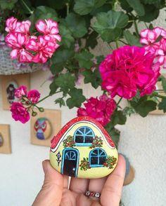 No photo description available. Pebble Painting, Pebble Art, Stone Painting, House Painting, Stone Crafts, Rock Crafts, Painted Rocks Craft, Craft Paint, Painted Shells
