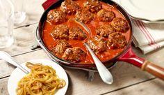 MAGGI Mini-Frikadellen in pikanter Currysauce. Mit Curryzwiebeln als Topping sehr lecker zu Pommes oder Kartoffeln.