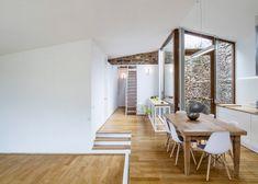 Basé à Barcelone, le studio Cubus Arquitectura a transformé une ancienne cave à vin en pierre en Galice, en une maison de famille. Située dans la région vi