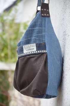Eine Designertasche aus alten Jeanshosen nähen? Die Nähanleitung und das Schnittmuster für diese tolle Upcycling Tasche findest du bei Elle Puls.