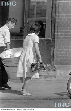 Przechodnie na ulicach Warszawy , 1955 - 1965