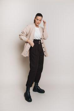 Unsere weiche, locker geschnittene Strickjacke aus feiner Alpaka Wolle wird dein liebster Begleiter zur kalten Jahreszeit. Er sieht casual zur Jeans genauso schön aus wie elegant zum Midirock. Wer es lässig mag, trägt den Cardigan offen, wobei er auch mit einem Gürtel in der Taille fixiert etwas hermacht. #cardigan #ayenlabel #strickjacke Strick Cardigan, Outfit, Normcore, Elegant, Jeans, Style, Fashion, Jackets, Breien