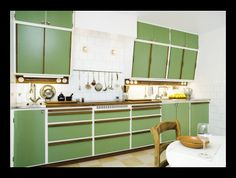 When you speak about various designing styles for your kitchen, the thing that arrives to your brain is the retro kitchen style. 50s Kitchen, Green Kitchen, Kitchen On A Budget, Vintage Kitchen, Kitchen Dining, 50s Style Kitchens, Home Kitchens, Home Interior, Kitchen Interior