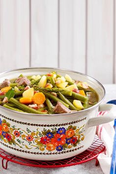 Green Bean Stew is a delicious lunch for every day and a true classic German cuisine. Especially in summer, when there are fresh beans in abundance, the stew tastes really good and awakens a lot of ch Lunch Recipes, Crockpot Recipes, Healthy Recipes, Healthy Lunches, Delicious Green Beans, Cooking Dishes, Bean Stew, Frijoles, Budget Meals