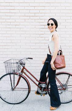 estilo de bijke: jeans flare escuro, blusa listrada e bolsa em tom neutro: casual e estilosa!